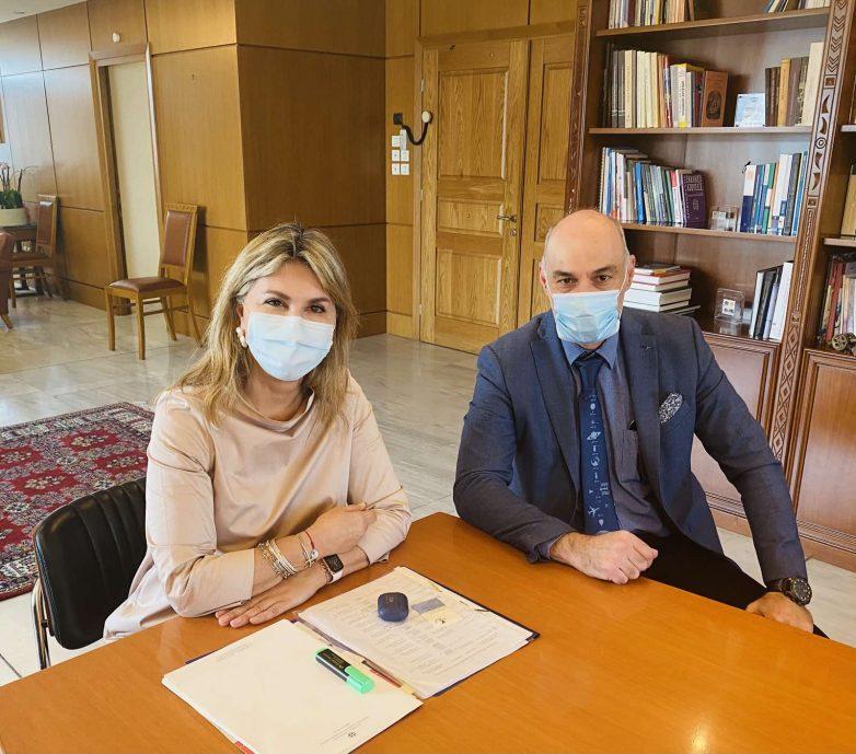 Η Ζέττα Μακρή με τον διευθυντή του Εθνικού Αστεροσκοπείου Αθηνών