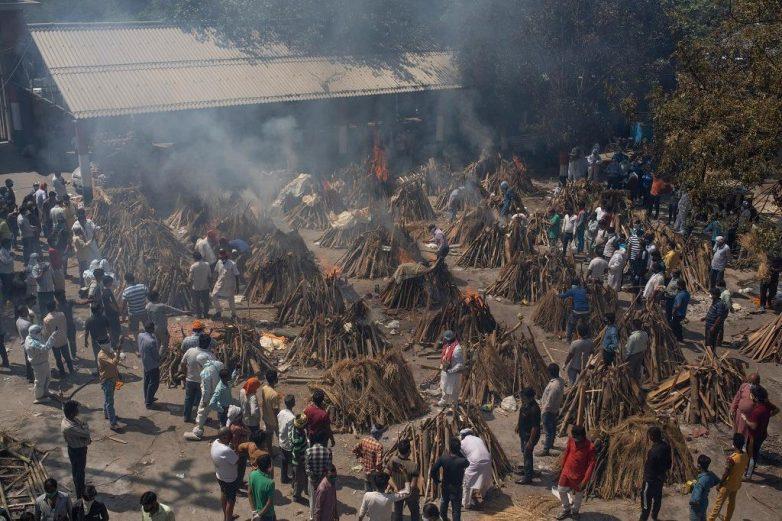 Ινδία: Ιλιγγιώδης αριθμός κρουσμάτων, πυρκαγιές σε νοσοκομεία, προς παγκόσμιο αποκλεισμό