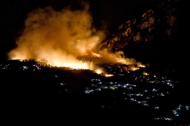 Φωτιά στον Σχίνο: Ολονύχτια μάχη με φλόγες και θυελλώδεις ανέμους