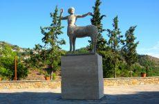 Συνθήματα στο άγαλμα του Κενταύρου στην Ανακασιά