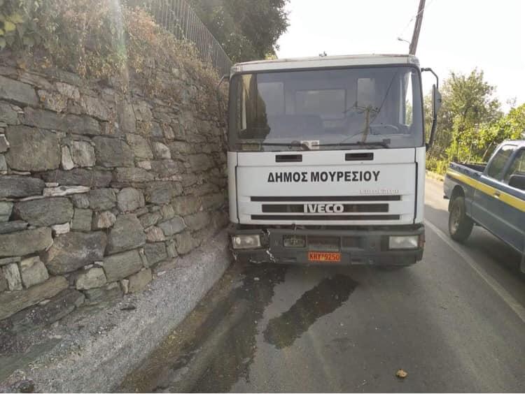 Σε τοίχο στην Ανακασιά απορριμματοφόρο του Δήμου Ζαγοράς – Μουρεσίου