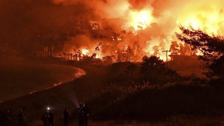 Φωτιές στην Αττική: Αγωνιώδης μάχη ενάντια στις αναζωπυρώσεις