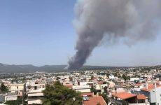 Φωτιά στη Βαρυμπόμπη: Μάχη σε τρία μέτωπα, εκκενώθηκε οικισμός και κατασκήνωση – Έκλεισε η Εθνική Οδός
