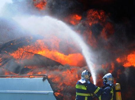 Φωτιά σε σκάφος στα Πευκάκια