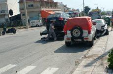 Όχημα με ηλικιωμένο οδηγό προσέκρουσε σε σταθμευμένα οχήματα